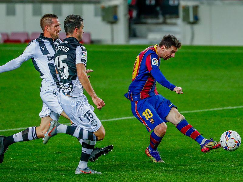 Lionel Messi scores the winner for Barcelona against Levante