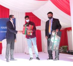 Consul General of India Dr Aman Puri presenting gifts to workers-1609594524269