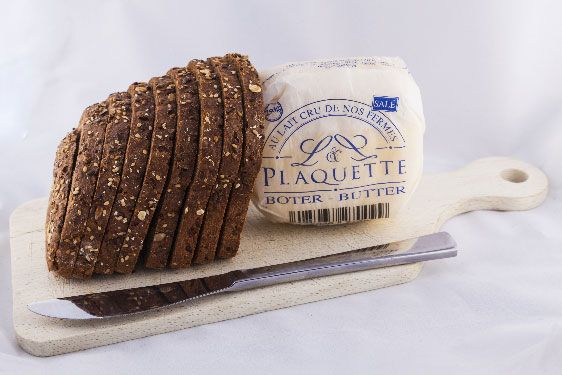 Soft butter made with high-quality raw milk, combined with rock salt, with high traceability from grass to plate