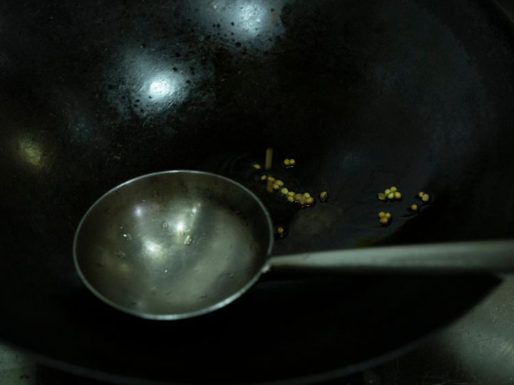 Heat 2tsp of oil in a wok, and add whole coriander seeds.