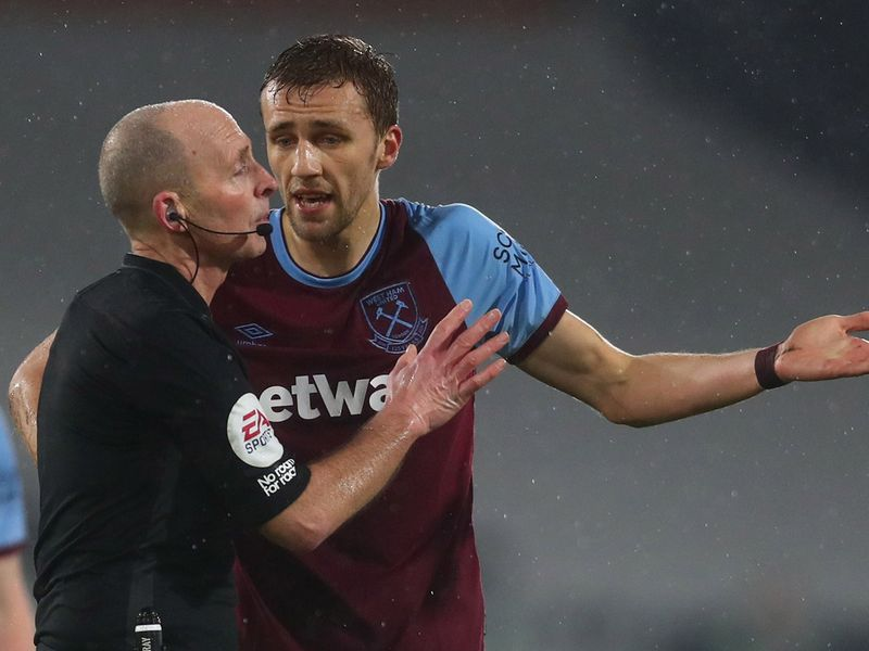 Mike Dean and Tomas Soucek.