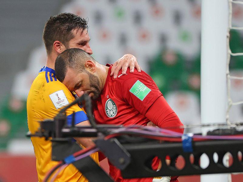 Tigres' forward Andre-Pierre Gignac consoles Palmeiras' goalkeeper Weverton following the Club World Cup semi-final football match.