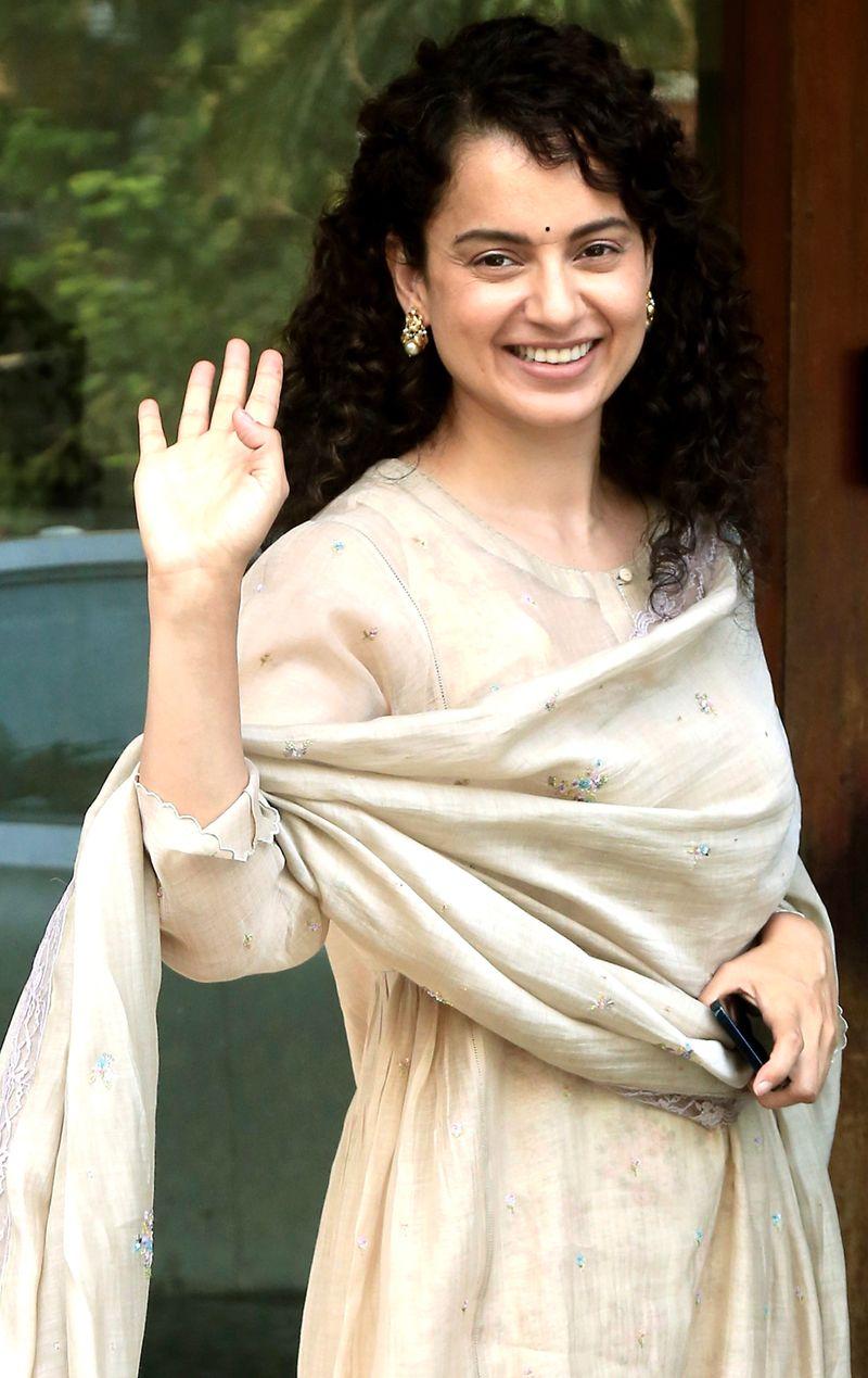 Maharashtra, Feb 26 (ANI): Bollywood actress Kangana Ranaut spotted at Santacruz in Mumbai on Thursday. (ANI Photo)