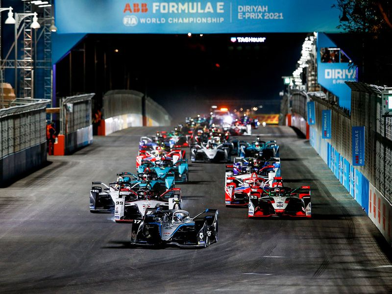 Mercedes' Nyck de vries leads the way in the Diriyah Formula E e-Prix day-night race