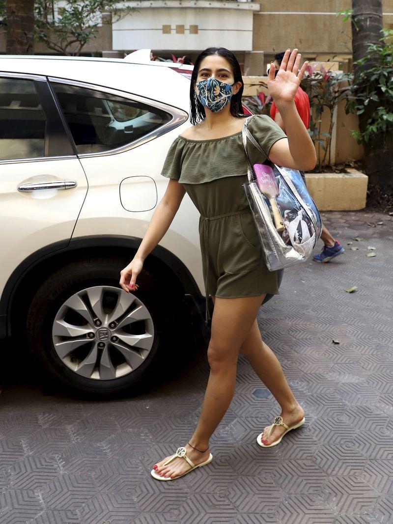 Mumbai: Bollywood actor Sara Ali Khan spotted outside Kareena Kapoor's residence in Mumbai, Thursday, Feb. 25, 2021. (PTI Photo) (PTI02_25_2021_000136B)