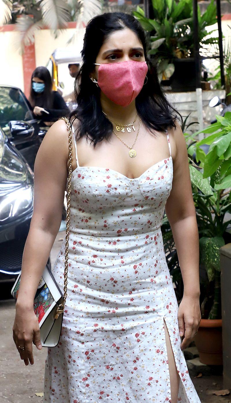 Maharashtra, March 19 (ANI): Bollywood actress  Bhumi Pednekar spotted at Bandra, in Mumbai on Thursday. (ANI Photo)