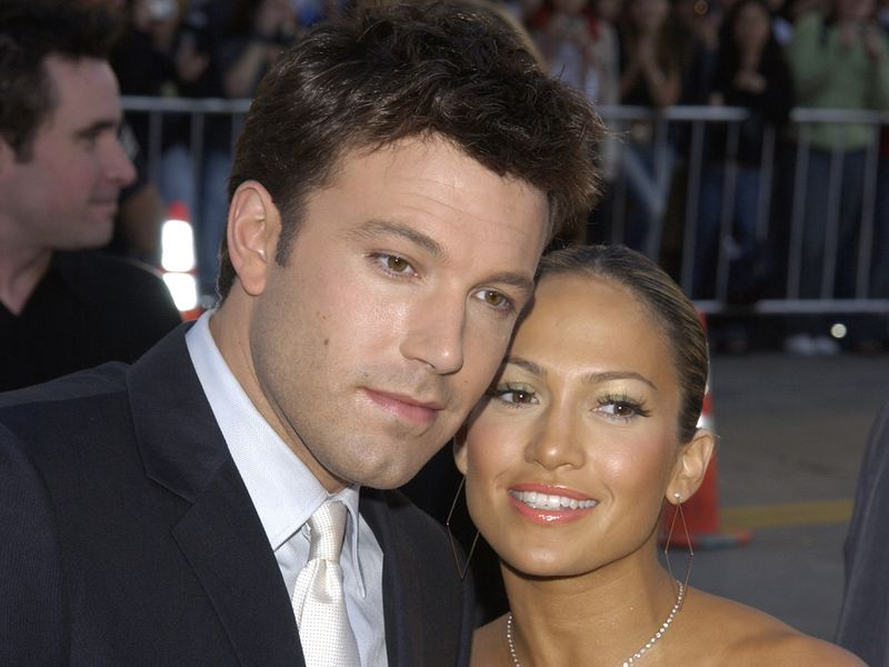 BEN AFFLECK and JENNIFER LOPEZ at the Los Angeles premiere of his new movie DareDevil. 09FEB2003. Paul Smith / Featureflash