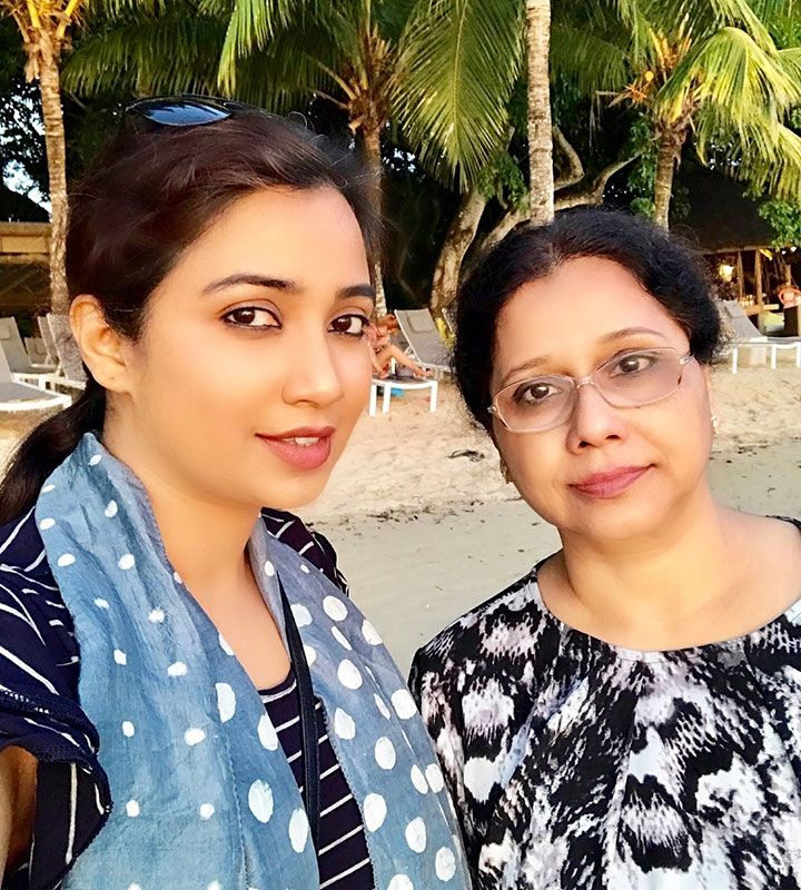 Shreya Ghoshal with her mom