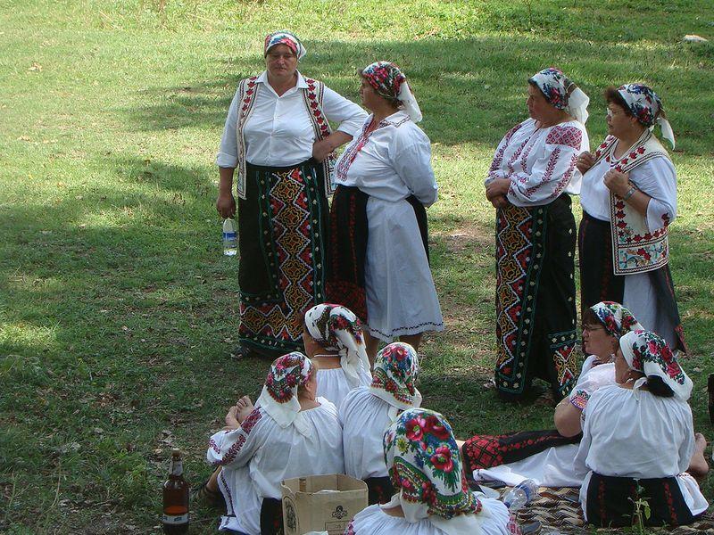 Moldova_traditional_clothing