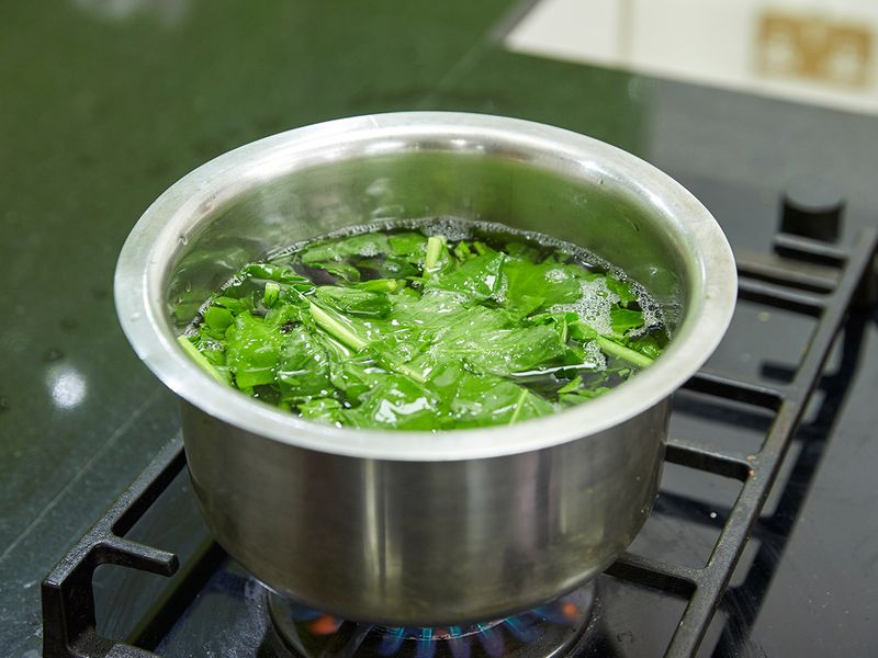 Blanching spinach in hot water
