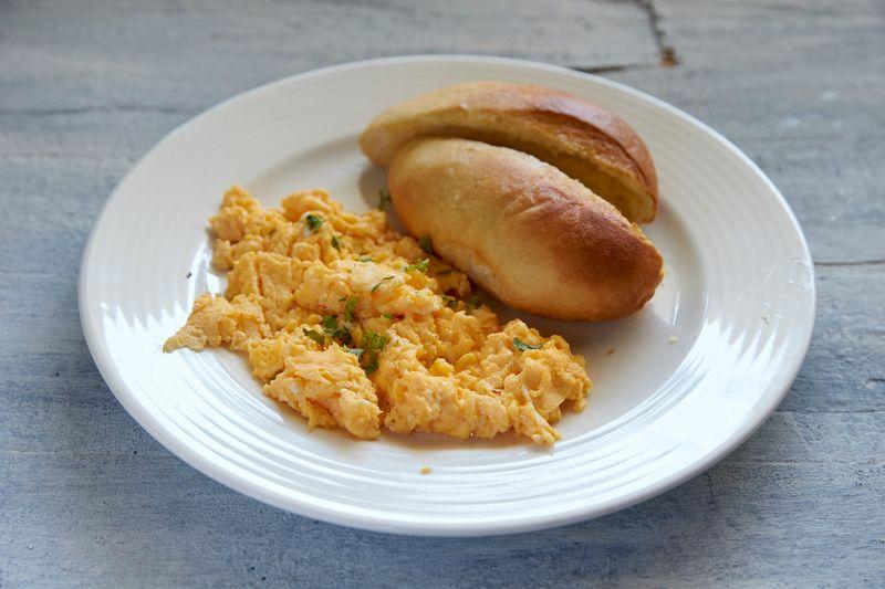 Scrambled egg with bun maska
