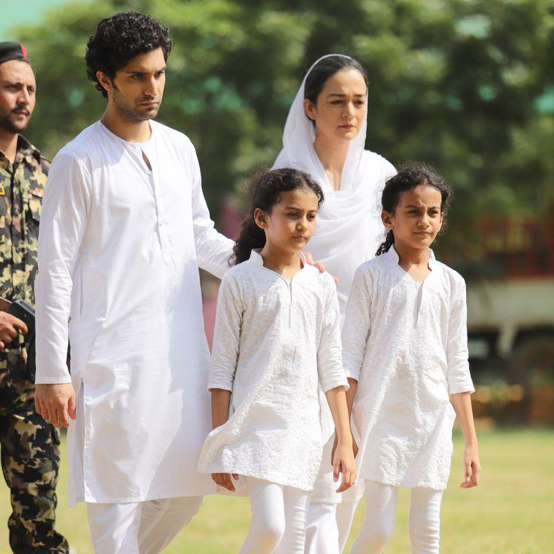 Ahad Raza Mir and Samiya Mumtaz with others in a BTS from Dhoop Ki Deewaar-1624702221429