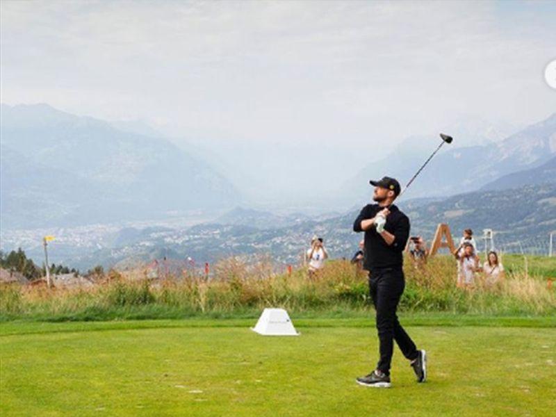 Justin Timberlake plays golf