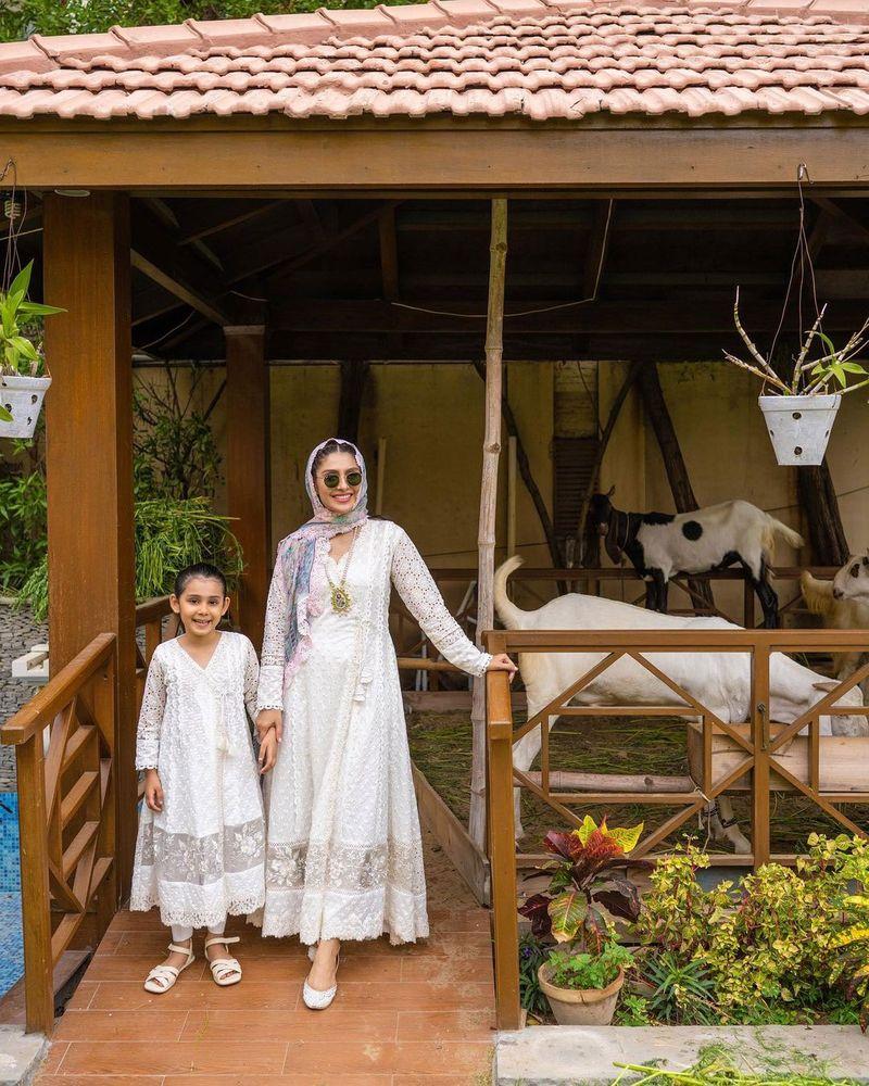 Ayeza Khan and her daughter
