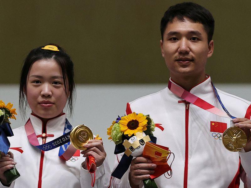 Gold medallists Yang Qian and Yang Haoran of China