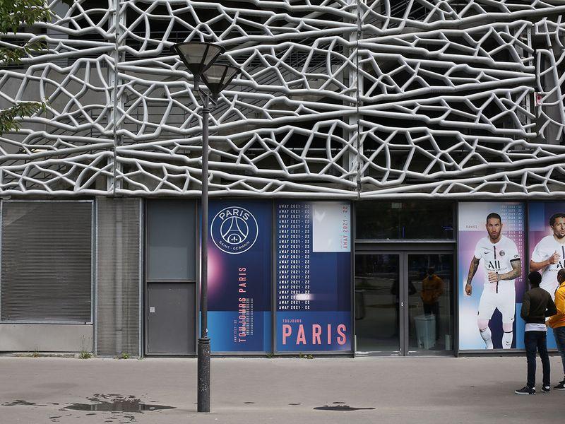 Fans await the arrival of Lionel Messi at Paris St-Germain