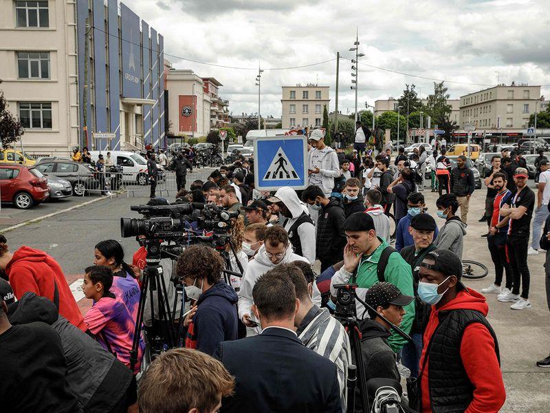 Fans await the arrival of Lionel Messi in Paris