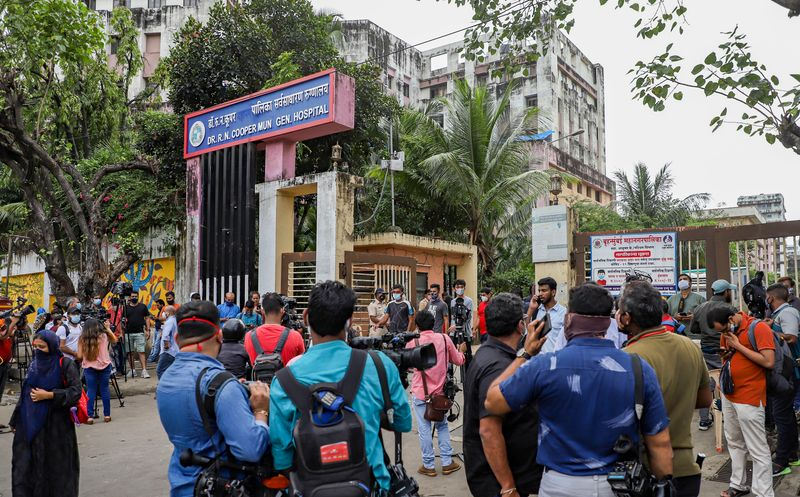 Mumbai--Media-personnel-outside-Cooper-Hospital-during-postmortem-of-TV-actor-Sidharth-Shukla--who-died-due-to-a-heart-attack-in-Mumbai--Thursday--Sept.-2--2021_17baad28f00_original-ratio.jpg
