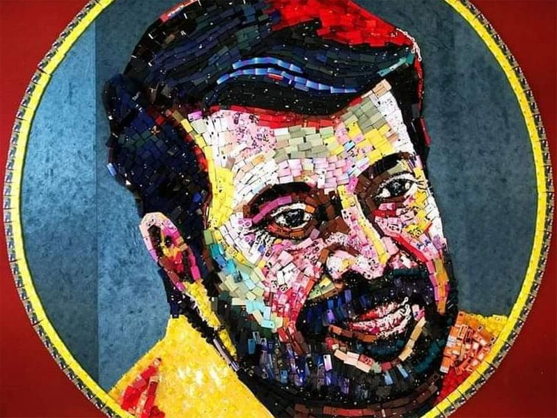 Artist DaVicci Suresh with actor Mammootty's portrait