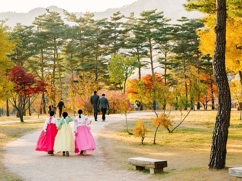 Korean women in hanboks
