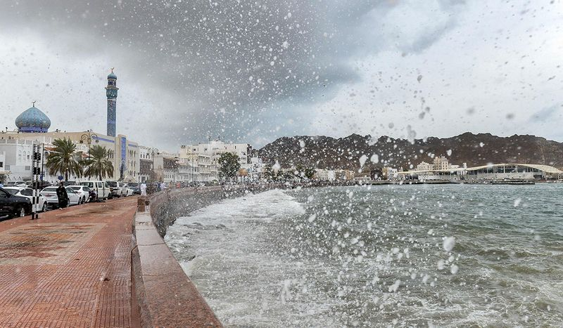 The capital city wore a cloudy look since morning. The strong winds were cool, and the sea seemed rough with waves crashing rapidly to the shore.